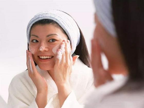 晚上用盐水洗脸美白吗